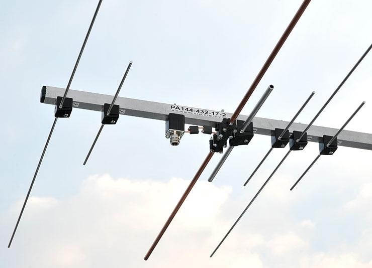 Dual-Band-Antenna-PA144-432-17-2-Dipole-balun-Connector